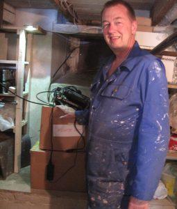 Klaus med papkasser og ledningdsrod i kælder